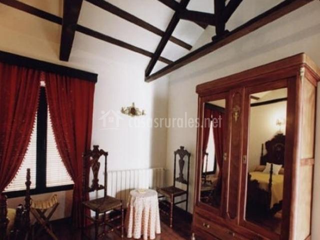 Armario y muebles auxiliares en dormitorio doble