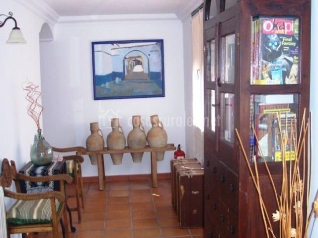 Decoración con jarrones y mueble biblioteca