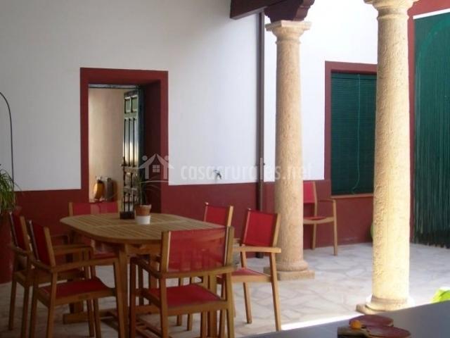 Detalle del mobiliario del porche con columnas