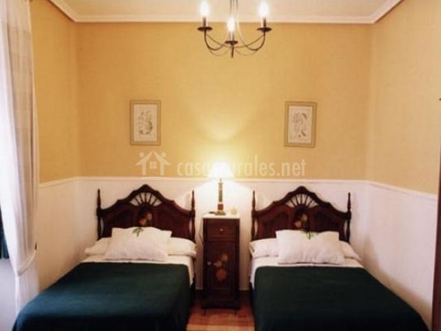 Dos camas individuales en dormitorio