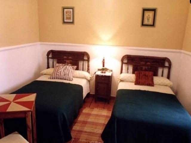 Dos camas individuales en dormitorio doble