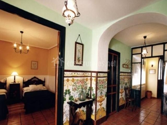 Pasillo decorado con entrada a los dormitorios