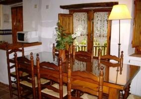 Amplia mesa de comedor realizada en madera