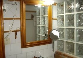 Detalle del espejo, secador y lavabo