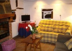 Salón con chimenea y sofás de color amarillo
