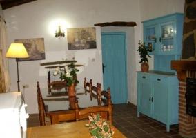 Comedor con muebles azules