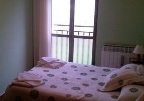 Dormitorio cuádruple con colchas de flores