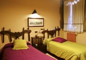 Dormitorio con cama de matrimonio en naranja