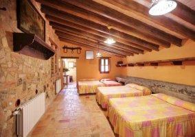 Dormitorio con camas de matrimonio e individuales