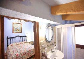 Vista de baño y dormitorio