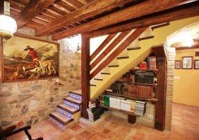 Librería bajo escaleras