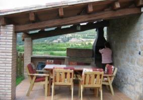 Vistas del porche con su barbacoa y mesas