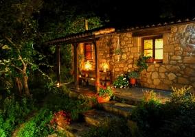 Fachada y porche de noche