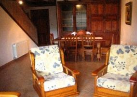Sala de estar con mesa de madera amplia