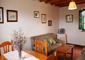 Salón con comedor y muebles