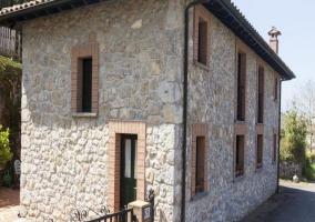Fachada en piedra de la casa