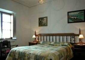 Dormitorio matrimonial con cabecero de madera