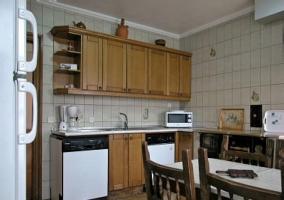 Cocina con microondas, lavavajillas y cafetera