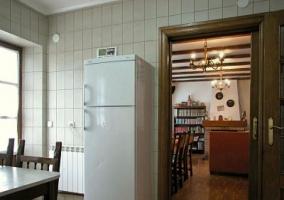 Cocina con nevera y vista del salón