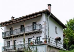 Frente con balcones