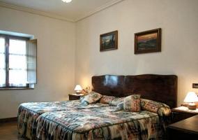 Dormitorio doble con cabeceros antiguos