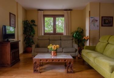 Amplia sala de estar con un conjunto de sofás
