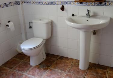 La casa cuenta con 2 baños