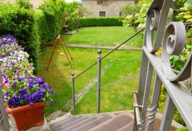 Amplio jardín con zona de juego para los más pequeños