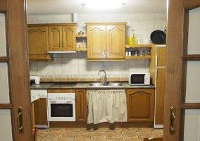 Cocina de la casa con armarios de madera