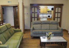 Sala de estar con cocina al fondo
