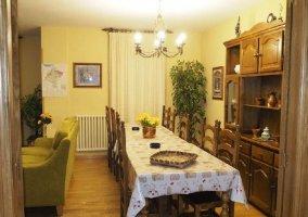 Sala de estar con mesa de comedor tras los sillones