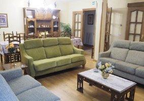 Sala de estar con sillones tapizados y mesa de madera