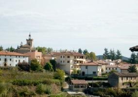 Zona centro del pueblo con naturaleza