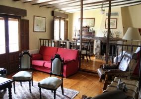 Salón con sillas y sofás
