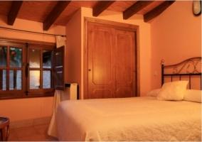 Dormitorio abohardillado doble de la casa rural.