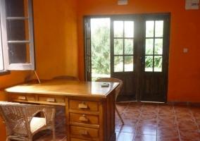 Sala con escritorio