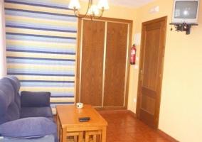 Sala con armario y sofá