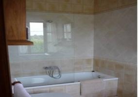 Baño con banera y toallas