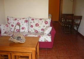 Sala con sofá y mesa de café