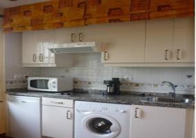 Cocina con lavadora y cafetera