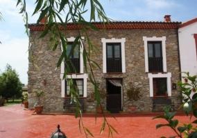 Acceso a la casa con la fachada y el patio en rojo4