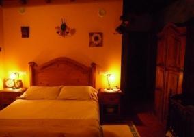 Dormitorio de matrimonio con colchas de tonos crudo