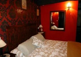 Dormitorio de matrimonio con paredes de papel pintado