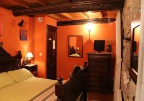 Dormitorio de matrimonio con techos de madera y armarios