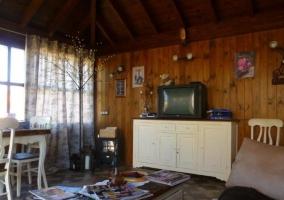 Sala de estar con techos de madera y sillones tapizados