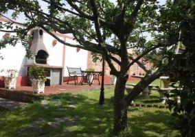 Vistas de los jardines y zona de barbacoas acondicionada
