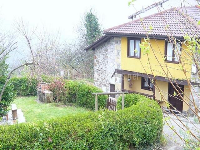 Casa masi casas rurales en sevares asturias for Casa rural con jardin