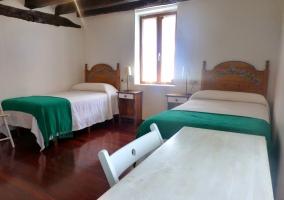 Dormitorio con dos camas y mesa