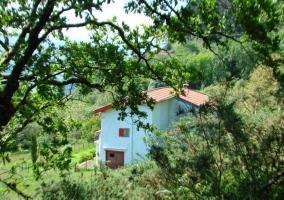 Fachada de la casa vista desde lejos
