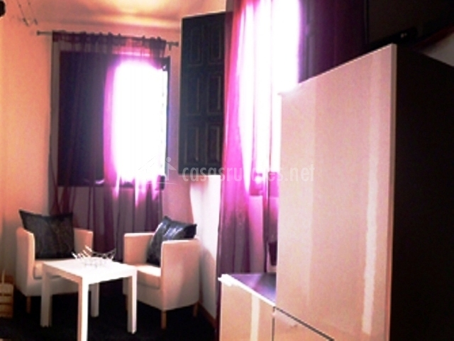 dormitorio con cortinas moradas